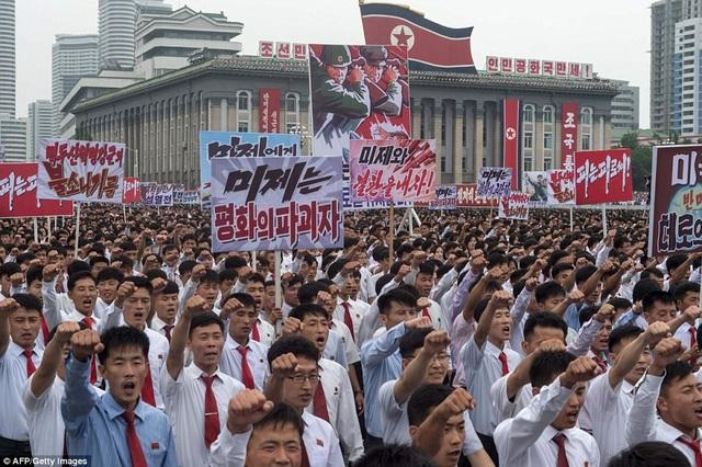 Hàng nghìn người Triều Tiên, chia thành từng nhóm nhỏ, đã tham gia cuộc tuần hành quy mô lớn tại Quảng trường Kim Nhật Thành ở thủ đô Bình Nhưỡng hôm nay 25/6. (Ảnh: AFP)