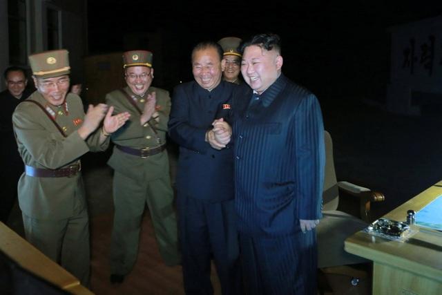 Nhà lãnh đạo Kim Jong-un đã trực tiếp tới khu vực phóng tên lửa để giám sát vụ phóng vào đêm 28/7 và tươi cười nắm tay cấp dưới khi vụ phóng diễn ra thành công. KCNA sau đó dẫn lời ông Kim Jong-un tuyên bố toàn bộ nước Mỹ nằm trong tầm bắn của tên lửa Triều Tiên.