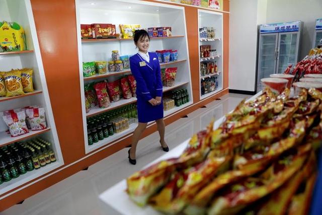 Hội đồng Bảo an Liên Hợp Quốc ngày 5/8 đã công bố nghị quyết trừng phạt mới đối với Triều Tiên, cấm nước này xuất khẩu than, sắt, quặng sắt, chì, quặng chì và hải sản. Lệnh trừng phạt này ước tính có thể khiến kim ngạch xuất khẩu hàng năm của Triều Tiên giảm 1 tỷ USD trong bối cảnh Bình Nhưỡng đang đẩy mạnh các biện pháp để phát triển nền kinh tế vốn gặp nhiều khó khăn này. Trong ảnh: Nữ nhân viên bán hàng bên trong một trung tâm thương mại mới mở tại thủ đô Bình Nhưỡng, Triều Tiên hồi tháng 4.