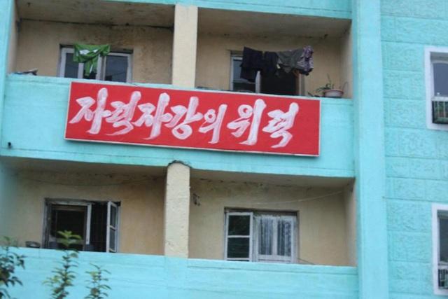 """Theo Sun, sau khi Tổng thống Donald Trump dọa sẽ """"hủy diệt hoàn toàn"""" Triều Tiên trong bài phát biểu đầu tiên của ông trước Đại hội đồng Liên Hợp Quốc ngày 19/9, chính quyền nhà lãnh đạo Kim Jong-un đã đẩy mạnh các biện pháp tuyên truyền nhằm kêu gọi toàn dân chống Mỹ, bao gồm các tranh ảnh và biểu ngữ dựng ở nhiều nơi."""