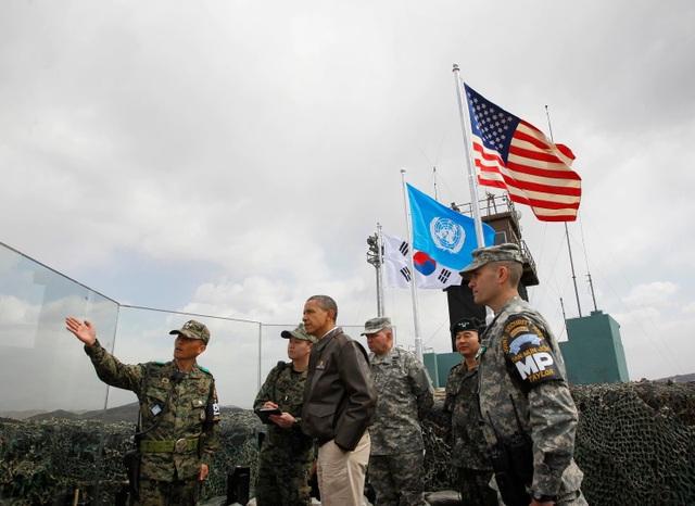 Cựu Tổng thống Obama đứng trên đài quan sát Ouellette tại khu DMZ liên Triều năm 2012 (Ảnh: AP)