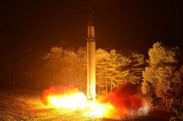 Triều Tiên phóng thử tên lửa đạn đạo liên lục địa Hwasong-14 hồi tháng 7 (Ảnh: Reuters)