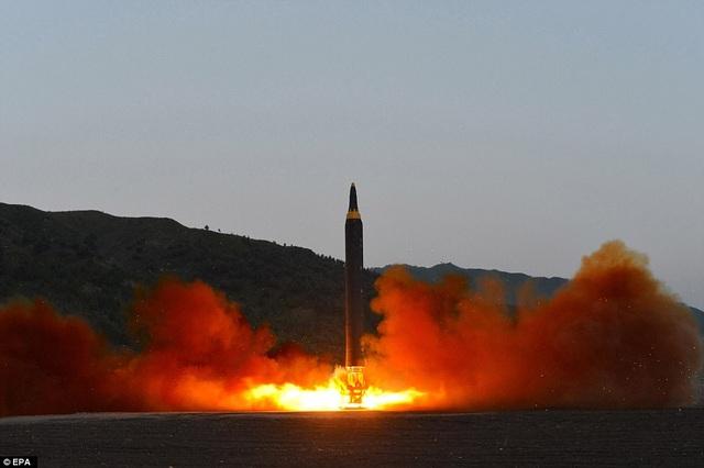 Hình ảnh tên lửa Triều Tiên rời khỏi bệ phóng hôm 14/5. Triều Tiên cho biết tên lửa này có tầm phóng vươn tới lãnh thổ Mỹ. (Ảnh: EPA)