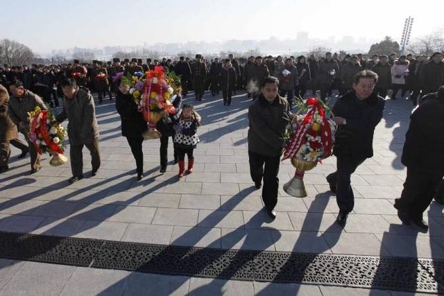 Rodong Sinmun, cơ quan ngôn luận đảng Lao động Triều Tiên, ngày 17/12 cũng đăng tải bài viết trên trang nhất để ca ngợi cố lãnh đạo Kim Jong-il nhân dịp tưởng niệm 6 năm ngày mất của ông. (Ảnh: AFP)
