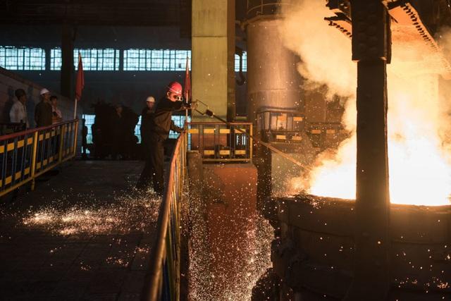 Công nhân kiểm tra nhiệt độ của thép nung chảy bên trong một cơ sở sản xuất thép ở phía tây nam Bình Nhưỡng.