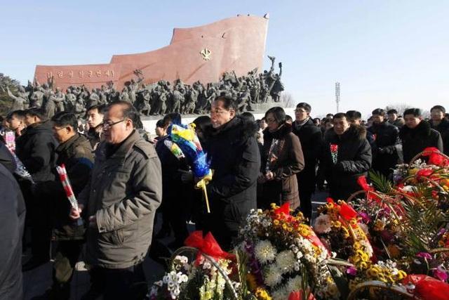 """""""Những lời răn dạy và thành tích rực rỡ của cố lãnh đạo Kim Jong-il đã trở thành động lực để Triều Tiên đạt được những điều kỳ diệu trong công cuộc bảo vệ chủ nghĩa xã hội và xây dựng đất nước thịnh vượng"""", Rodong Sinmun nhấn mạnh. (Ảnh: AFP)"""