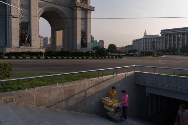 Những người bán rong bên dưới hầm đi bộ tại Bình Nhưỡng hôm 25/7.