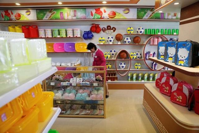 Một cửa hàng tạp hóa bán các mặt hàng tiêu dùng tại thủ đô Bình Nhưỡng.