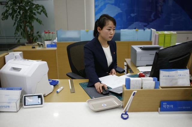Nhân viên Triều Tiên làm việc bên trong một ngân hàng tại khu công nghiệp Kaesong, một dự án chung giữa Triều Tiên và Hàn Quốc.