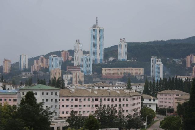 Những tòa nhà cao tầng tại Wonsan (Ảnh: Pierre Depont/NK News)