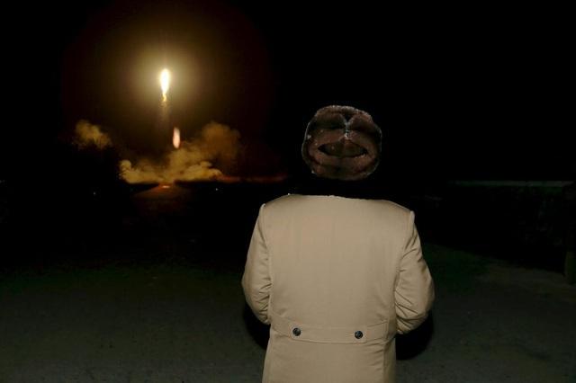 Tham vọng hạt nhân của Triều Tiên: Ngay sau khi Triều Tiên tuyên bố sắp thử tên lửa đạn đạo xuyên lục địa trong năm 2017, Tổng thống đắc cử Mỹ Donald Trump đã tuyên bố trên Twitter rằng điều đó sẽ không xảy ra. Thế giới năm 2017 lại một lần nữa trông chờ vào Trung Quốc, nước láng giềng và là đồng minh duy nhất của Triều Tiên, có biện pháp kiềm chế tham vọng hạt nhân của Bình Nhưỡng.