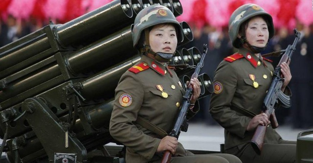 Hai nữ binh sĩ Triều Tiên tham gia diễu hành ở thủ đô Bình Nhưỡng, Triều Tiên (Ảnh: Getty)