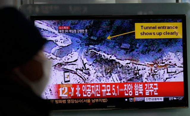 Truyền hình Hàn Quốc đưa tin về các dấu hiệu của một vụ thử hạt nhân do Triều Tiên tiến hành năm 2013 (Ảnh: New York Times)