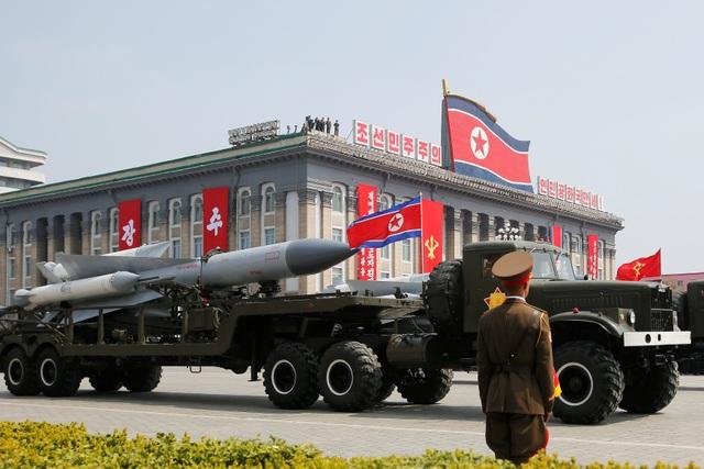 Tên lửa Triều Tiên tham gia lễ duyệt binh tại thủ đô Bình Nhưỡng hôm 15/4 (Ảnh: Reuters)