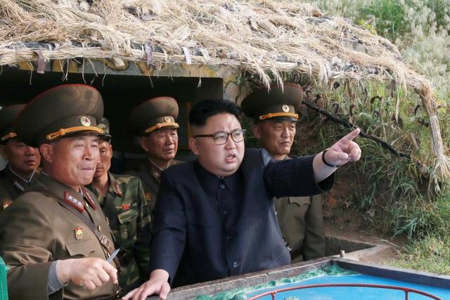 Nhà lãnh đạo Triều Tiên Kim Jong-un thị sát một cuộc tập trận quân sự. (Ảnh: Reuters)