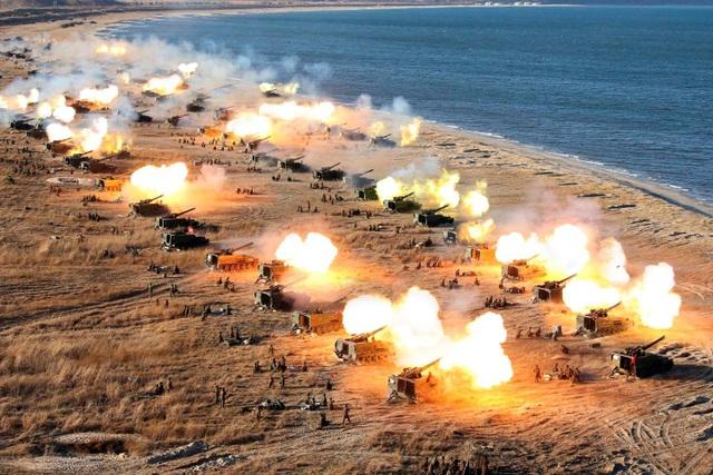 Các đơn vị pháo kích thuộc quân đội Triều Tiên tập trận (Ảnh: KCNA)