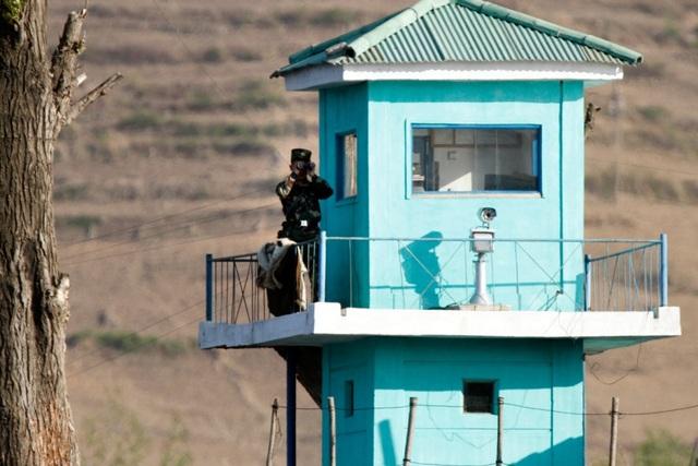 Lính biên phòng Triều Tiên canh gác tại khu vực biên giới với Trung Quốc (Ảnh: Stripes)
