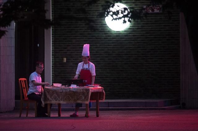 Một bàn ăn đặt bên ngoài một nhà hàng tại Bình Nhưỡng.