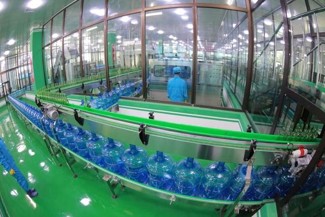 Dây chuyền sản xuất nước uống bên trong nhà máy nước Ryongaksan của Triều Tiên.