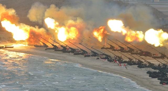 Quân đội Triều Tiên tập trận pháo binh bên bờ biển năm 2016 (Ảnh: Reuters/KCNA)