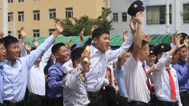 Người Triều Tiên vui mừng khi theo dõi bản tin về vụ thử tên lửa hồi tháng 7 tại Bình Nhưỡng (Ảnh: Reuters)