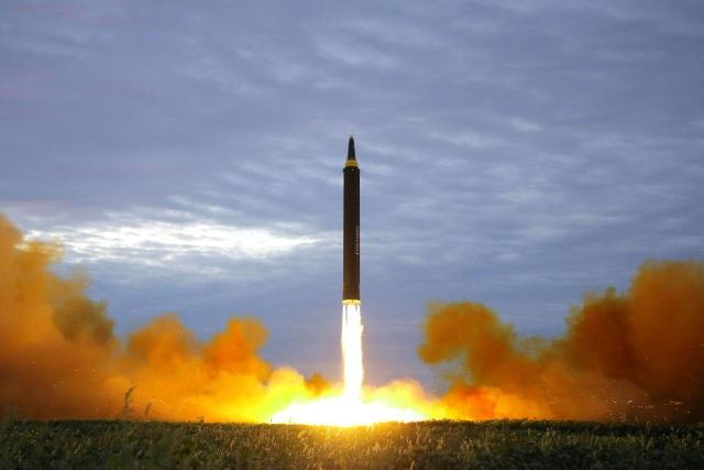 Vụ thử tên lửa của Triều Tiên qua Nhật Bản hôm 29/8 (Ảnh: Reuters)