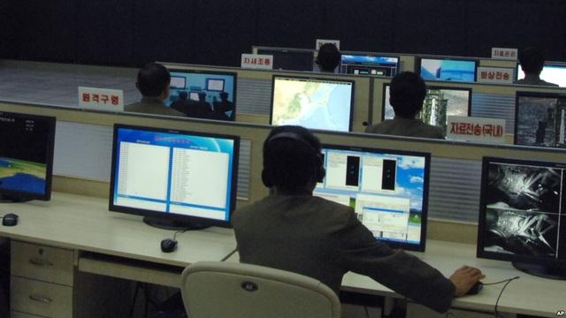 Các nhà khoa học và kỹ thuật viên Triều Tiên làm việc tại Trung tâm Kiểm soát và Chỉ huy Vệ tinh ở thủ đô Bình Nhưỡng, Triều Tiên (Ảnh: AP)