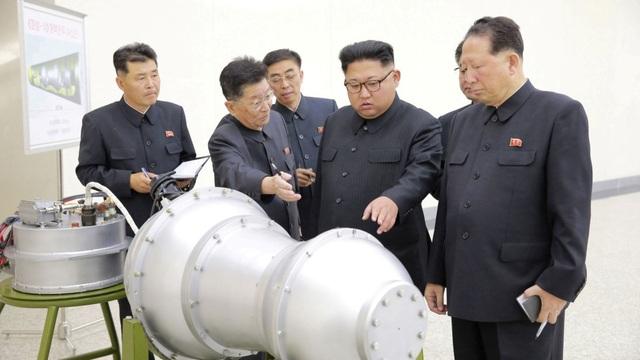 Ông Kim Jong-un thị sát một vật thể được cho là đầu đạn tên lửa của Triều Tiên (Ảnh: Reuters)