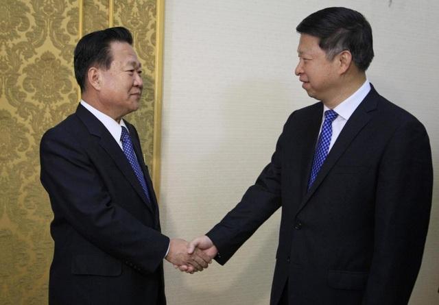 Đặc phái viên Song Tao (phải) gặp quan chức Triều Tiên Choe Ryong Hae (Ảnh: AP)
