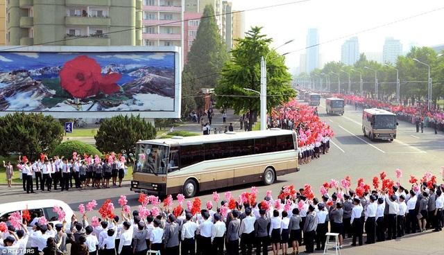 Hàng nghìn người đã tập trung tại các tuyến đường ở thủ đô Bình Nhưỡng, mang theo cờ hoa và bóng bay vẫy chào các nhà khoa học. Họ được chào đón như những người anh hùng của đất nước Triều Tiên. (Ảnh: Reuters)