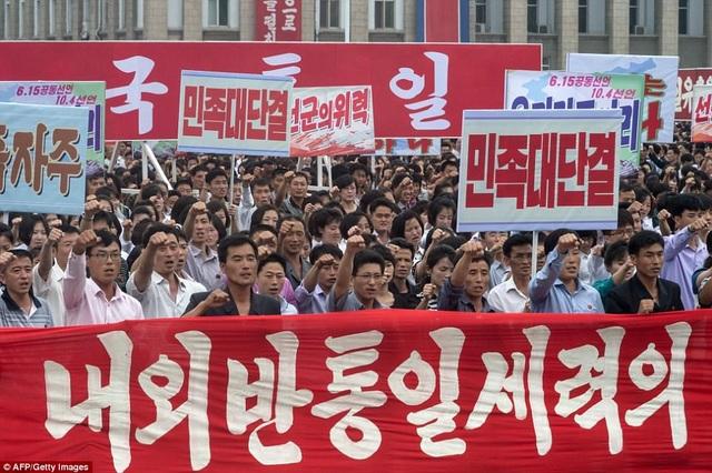 """Những người tuần hành mang theo nhiều băng rôn, áp phích, biểu ngữ và hô vang những khẩu hiệu với nội dung """"phản đối đế quốc Mỹ"""". (Ảnh: AFP)"""