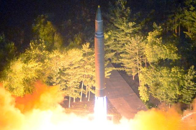 """""""Vụ thử nghiệm mới nhất đã chứng minh độ tin cậy của tên lửa đạn đạo liên lục địa của chúng ta cũng như khả năng của chúng ta trong việc phóng tên lửa theo cách hoàn toàn bất ngờ vào bất kỳ thời điểm nào và ở bất kỳ đâu"""", hãng thông tấn quốc gia Triều Tiên (KCNA) đưa tin về vụ phóng tên lửa hôm 28/7."""