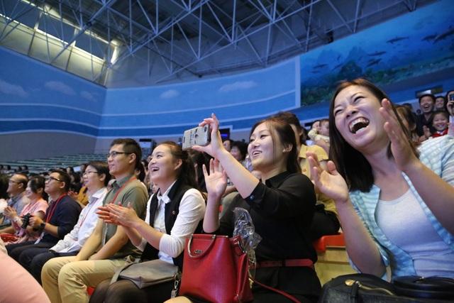 Người dân tại Bình Nhưỡng xem các tiết mục biểu diễn bên trong công viên nước (Ảnh: Pierre Depont/NK News)