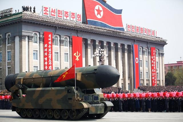 Vũ khí quân sự Triều Tiên tham gia lễ duyệt binh tại Bình Nhưỡng hôm 15/4 (Ảnh: Reuters)