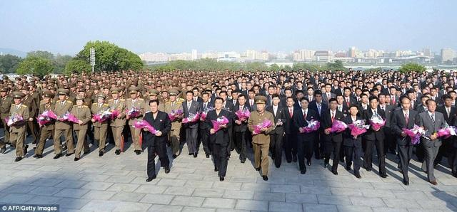 Triều Tiên ngày 14/5 tuyên bố đã phóng thành công một loại tên lửa đạn đạo mới, với tên gọi Hwasong-12, từ khu vực Kusong thuộc tỉnh Bắc Pyongan của nước này. Bình Nhưỡng cho biết Hwasong-12 là loại tên lửa mới được phát triển và có khả năng mang đầu đạn hạt nhân cỡ lớn, đồng thời coi vụ phóng thử nghiệm vừa qua là thành tựu đánh dấu bước phát triển mới trong chương trình tên lửa của nước này. Trong ảnh: Các nhà khoa học và công nhân viên quốc phòng dâng hoa trước tượng đài của hai vị lãnh tụ Triều Tiên Kim Il-sung và Kim Jong-il khi tới thủ đô Bình Nhưỡng. (Ảnh: AFP)