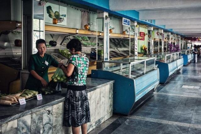 Người dân Triều Tiên mua hàng tại một quầy thực phẩm (Ảnh: ABC)