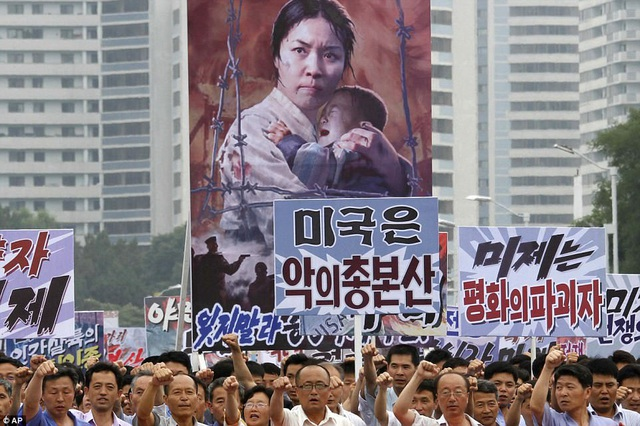 Cuộc tuần hành kỷ niệm 67 năm ngày chiến tranh liên Triều nổ ra giữa Triều Tiên và Hàn Quốc. Khoảng 1,5 triệu người Triều Tiên đã thiệt mạng và bị thương trong cuộc chiến tranh kéo dài 3 năm (1950-1953) này. (Ảnh: AP)