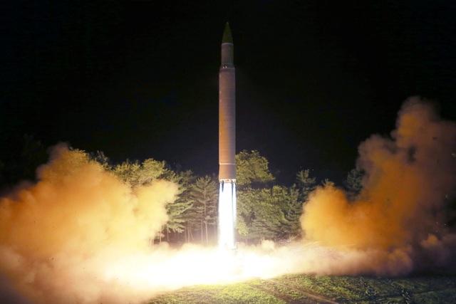 Triều Tiên cho biết tên lửa đạn đạo liên lục địa phóng hôm 28/7 đã bay được chặng đường 998 km trong khoảng thời gian 47 phút và rơi xuống biển Nhật Bản sau khi đạt độ cao tối đa là 3.724,9 km.