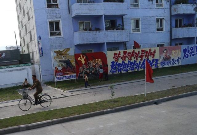 Hình ảnh quân đội và cờ Triều Tiên xuất hiện nhiều trong các tranh ảnh tuyên truyền đặt trên các tuyến đường.