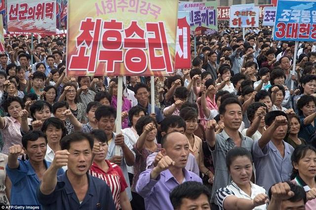 """Cuộc tuần hành diễn ra đúng vào thời điểm Triều Tiên kỷ niệm tháng """"Đấu tranh chống đế quốc Mỹ"""" - một sự kiện diễn ra thường niên tại Triều Tiên. (Ảnh: AFP)"""