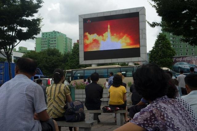 Truyền hình Triều Tiên sau đó đã đăng video và đưa tin về vụ phóng tên lửa mới nhất cho người dân theo dõi. Bản tin của KCNA cho biết vụ phóng tên lửa đạn đạo liên lục địa lần 2 vào tối qua là lời cảnh báo cứng rắn đối với Mỹ.