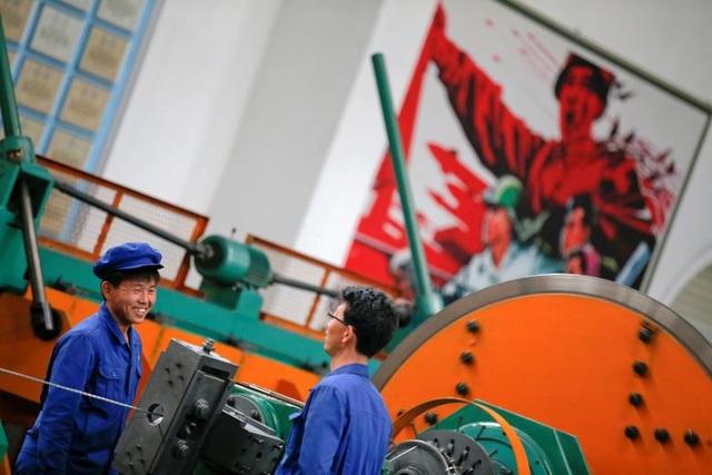 Khai khoáng và sản xuất vẫn là hai ngành phát triển mạnh nhất trong nền công nghiệp Triều Tiên, chiếm khoảng 33,2% tổng sản lượng công nghiệp trong năm 2016. Trong ảnh: Các công nhân làm việc tại Nhà máy cáp điện 326 ở Bình Nhưỡng.