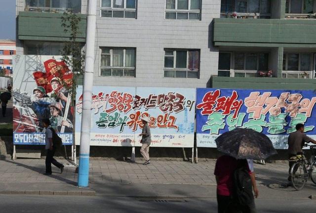 Trong các cuộc tuần hành chống Mỹ tổ chức tại thủ đô Bình Nhưỡng, người dân Triều Tiên cũng thường mang theo các biểu ngữ với nội dung lên án Mỹ, thậm chí vẽ hình ảnh tòa nhà quốc hội Mỹ trúng tên lửa của Triều Tiên.
