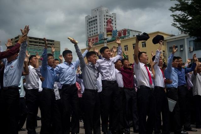 Người dân Triều Tiên reo hò vui mừng khi theo dõi vụ phóng tên lửa qua màn hình ngoài trời. Trong khi đó, lãnh đạo các nước, trong đó có Mỹ và Hàn Quốc, đã đồng loạt lên án vụ thử tên lửa của Triều Tiên.