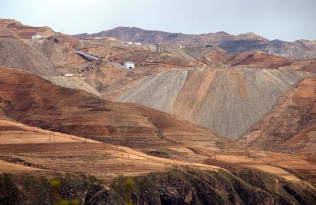 Triều Tiên sở hữu lượng khoáng sản phong phú dưới lòng đất với khoảng 200 loại khoáng sản khác nhau, bao gồm cả kim loại hiếm. Hàn Quốc ước tính tổng giá trị trữ lượng khoáng sản của Triều Tiên vào khoảng 6-10 nghìn tỷ USD và việc xuất khẩu các loại khoáng sản này mang lại nguồn tiền ngoại tệ không nhỏ cho Bình Nhưỡng. Trong ảnh: Mỏ quặng sắt gần khu vực Musan của Triều Tiên.