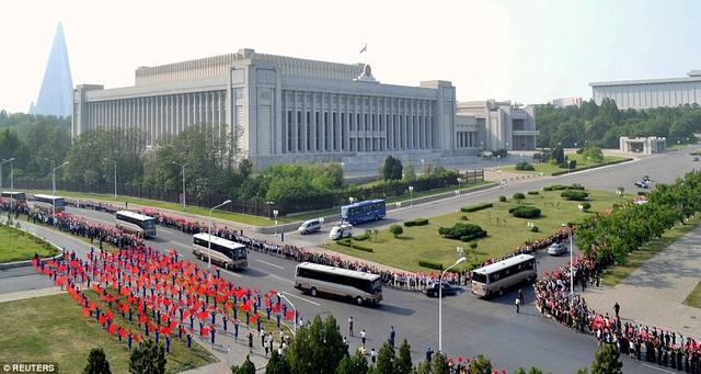 """Nhiều học sinh, sinh viên và các em nhỏ cũng xếp hàng chào đón những người được gọi là """"anh hùng"""" của đất nước Triều Tiên. (Ảnh: Reuters)"""