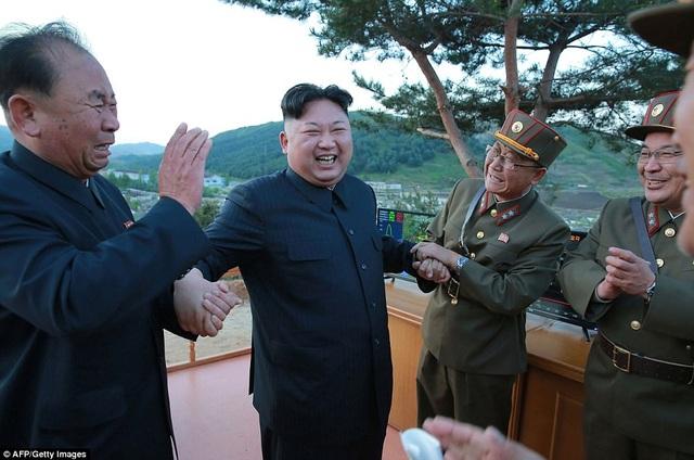 Trước đó, KCNA công bố bức ảnh nhà lãnh đạo Triều Tiên Kim Jong-un cười rạng rỡ bên cạnh các tướng lĩnh quân đội khi theo dõi vụ phóng thử tên lửa Hwasong-12. (Ảnh: AFP)