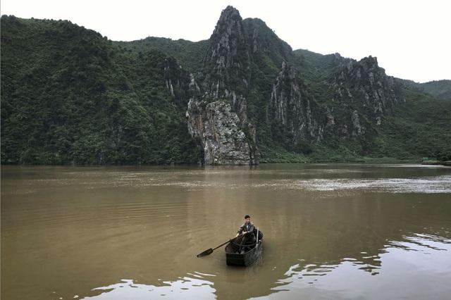 Một người đàn ông chèo thuyền trên hồ tại Sinpyong, dọc cao tốc Bình Nhưỡng-Wonsan ngày 22/7.
