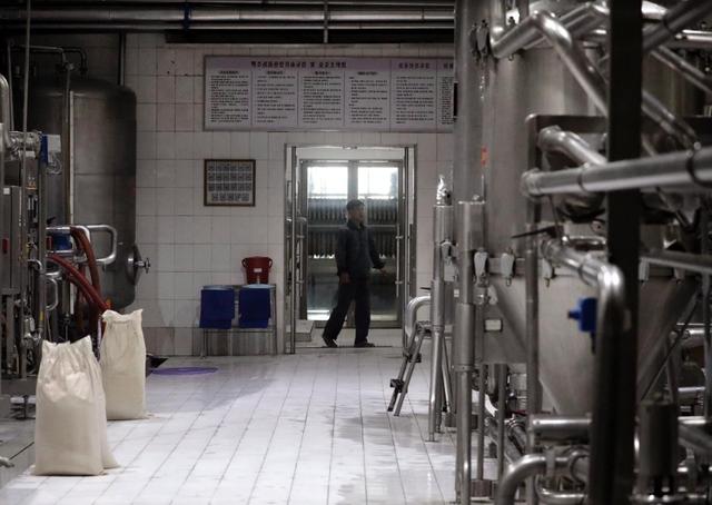Nhà máy bia Taedonggang, vốn thuộc quyền sở hữu của nhà nước Triều Tiên, có khoảng 700 nhân viên, tuy nhiên hầu hết dây chuyền bên trong nhà máy đều vận hành tự động. Nhà máy mất khoảng 20 ngày để sản xuất một đợt bia mới. Trong ảnh: Công nhân vận hành các máy móc được sử dụng để ủ bia bên trong nhà máy Taedonggang.