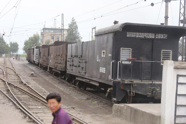 """Các nội dung tuyên truyền chống Mỹ thậm chí xuất hiện trên cả các toa tàu hỏa tại Triều Tiên. Trong ảnh: Dòng chữ màu trắng với nội dung """"Xóa sổ đế quốc Mỹ - kẻ thù đáng chết của người dân Triều Tiên""""."""